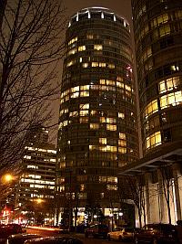 Wohnturm bei Nacht