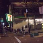 Stanley Cup 2011 Vancouver - Randalierer mit Feuerlöscher